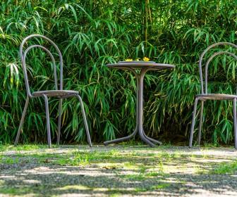 Zalety metalowych mebli do ogrodu